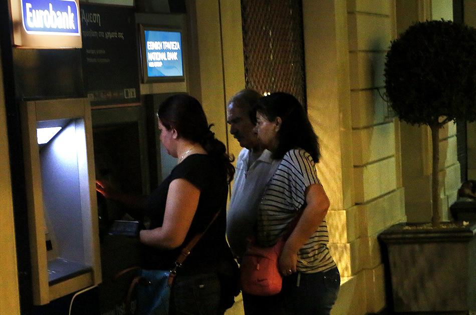Grecia cierra bancos e impone controles a retiros de for Dinero maximo cajero