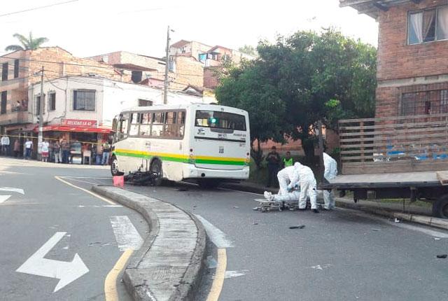 Trágico accidente entre un camión sin frenos, un bus de Metroplús y una  pareja de motociclistas