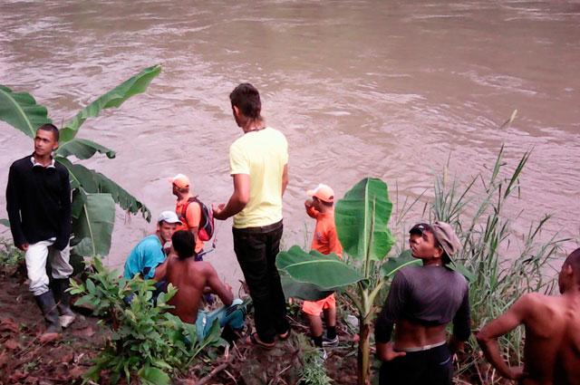 Un muerto y tres desaparecidos por carro que cayó al río Cauca