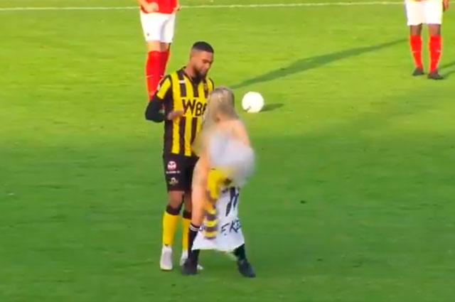 Hinchas del Rijnsburgse Boys de Holanda contrataron una stripper para  distraer al rival e66e6461e66