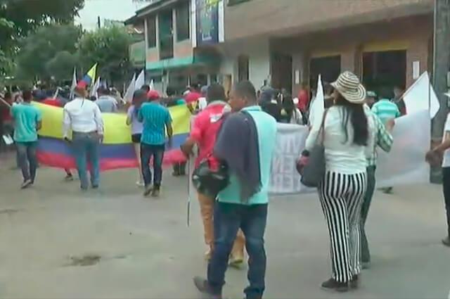 Campesinos y comerciantes protestan en San Vicente del Caguán por desalojos en parques naturales - Noticias Caracol