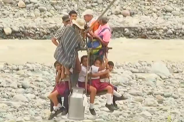 Niños se aferran a un cable para cruzar río porque cabina que los transportaba se dañó hace un año - Noticias Caracol